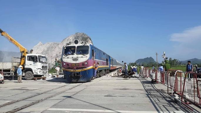 Tai nạn đường sắt kinh hoàng: Tạm đình chỉ 2 nhân viên gác đường ngang - Ảnh 3.