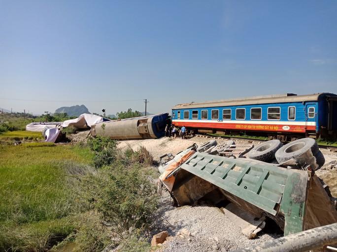 Tai nạn đường sắt làm 11 người thương vong: Sớm khởi tố vụ án - Ảnh 1.