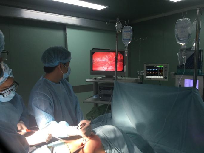 Nâng ngực bị vôi hóa, nữ Việt kiều đau đớn cầu cứu bác sĩ - Ảnh 2.