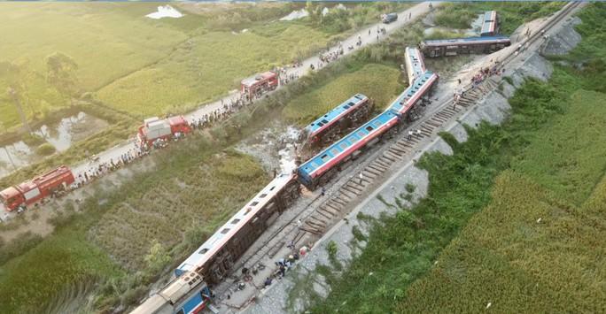 Toàn cảnh vụ tai nạn đường sắt kinh hoàng ở Thanh Hóa từ flycam - Ảnh 1.