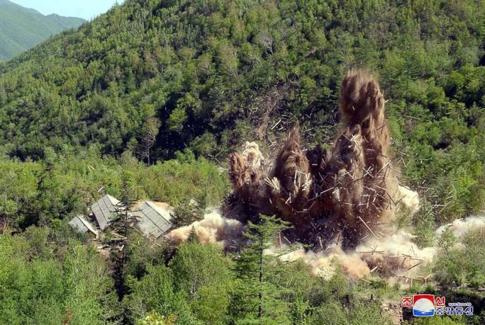 Triều Tiên công bố hình ảnh phá hủy bãi thử hạt nhân - Ảnh 1.