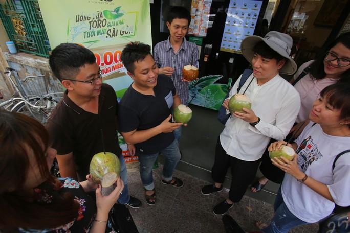 Người Sài Gòn thích thú với máy bán dừa tự động độc đáo - Ảnh 11.
