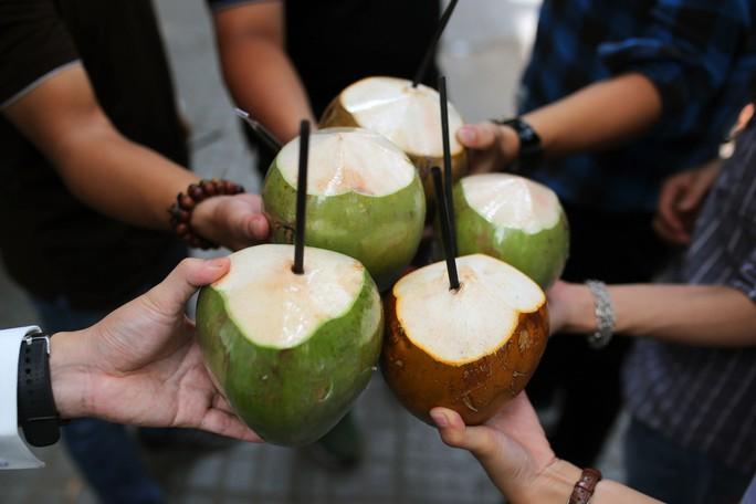 Người Sài Gòn thích thú với máy bán dừa tự động độc đáo - Ảnh 10.