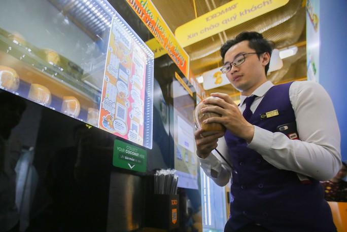 Người Sài Gòn thích thú với máy bán dừa tự động độc đáo - Ảnh 12.