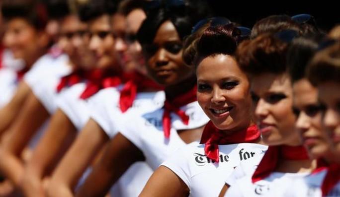 Monaco Grand Prix: Lewis Hamilton hào hứng với các Grid Girls - Ảnh 2.