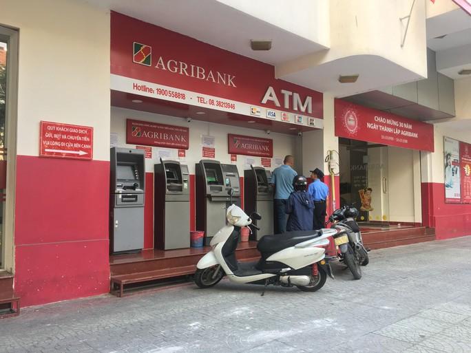 Đủ chiêu lấy thông tin, trộm tiền trong tài khoản, thẻ ATM - Ảnh 1.