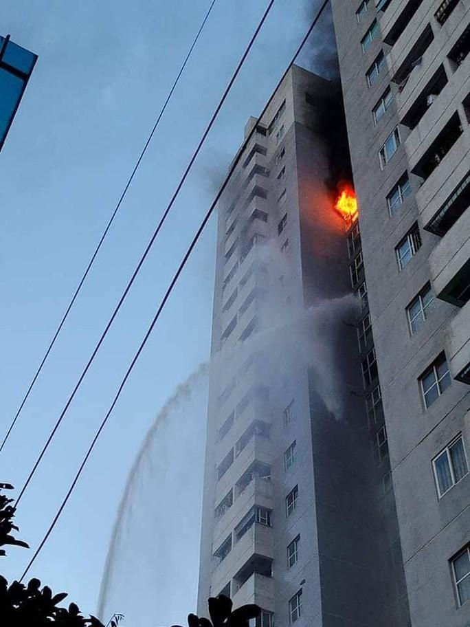 Cháy tòa nhà 23 tầng ở Hà Nội, hàng trăm cư dân bỏ chạy tán loạn - Ảnh 1.