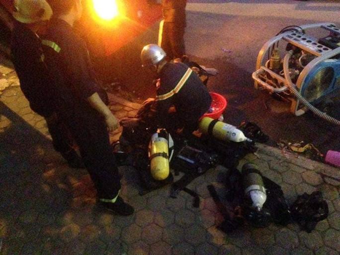 Cháy tòa nhà 23 tầng ở Hà Nội, hàng trăm cư dân bỏ chạy tán loạn - Ảnh 4.