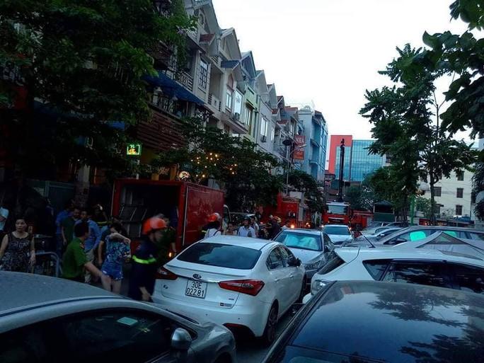 Cháy tòa nhà 23 tầng ở Hà Nội, hàng trăm cư dân bỏ chạy tán loạn - Ảnh 6.