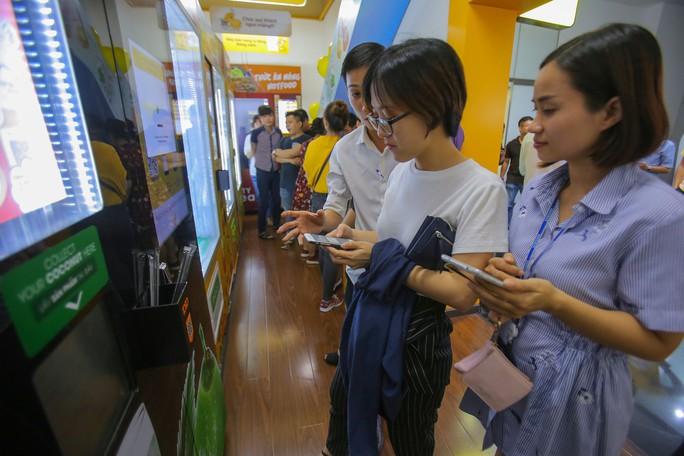 Người Sài Gòn thích thú với máy bán dừa tự động độc đáo - Ảnh 7.