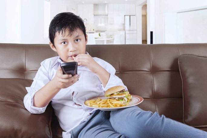 Trẻ xem quảng cáo: coi chừng tiểu đường, tim mạch, ung thư - Ảnh 1.