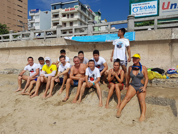 Du khách nước ngoài dọn rác biển Nha Trang vì không chịu nổi - Ảnh 1.