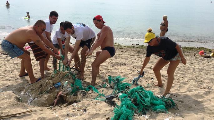 Du khách nước ngoài dọn rác biển Nha Trang vì không chịu nổi - Ảnh 5.
