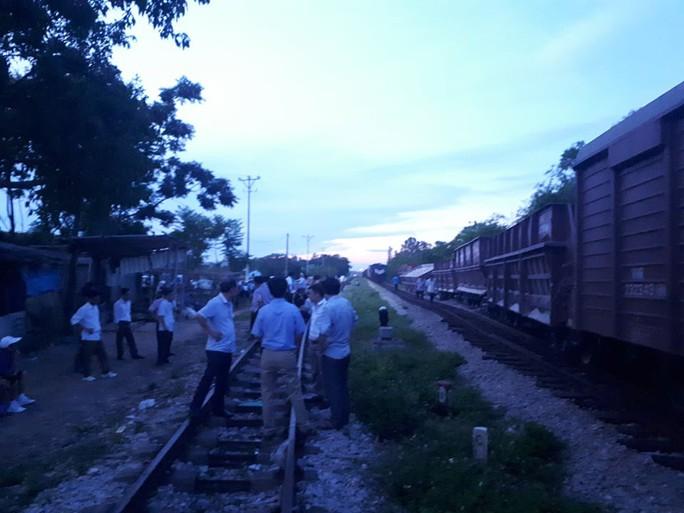 Đang vào ga, 2 toa của đoàn tàu 27 toa bất ngờ trật bánh - Ảnh 1.