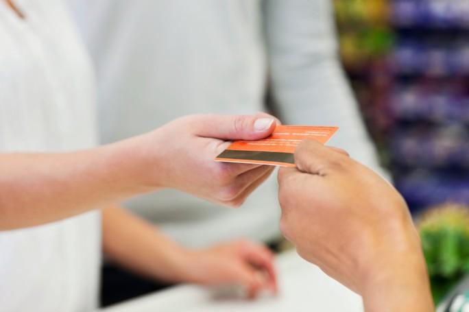 Cảnh báo tình trạng mượn giấy tờ tuỳ thân mở thẻ ngân hàng - Ảnh 1.