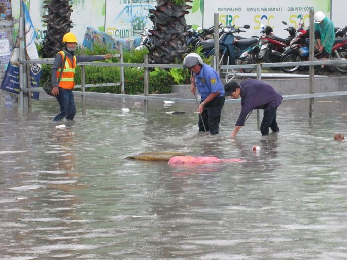 TP HCM: Nước ngập đến yên xe sau cơn mưa chiều cuối tuần - Ảnh 4.