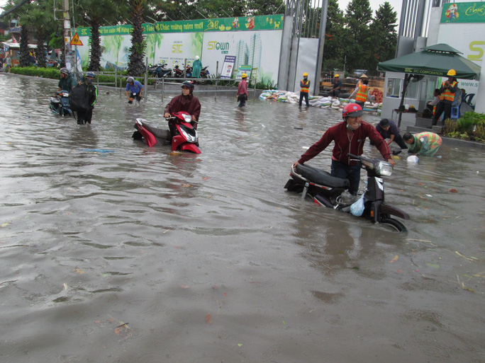 TP HCM: Nước ngập đến yên xe sau cơn mưa chiều cuối tuần - Ảnh 3.