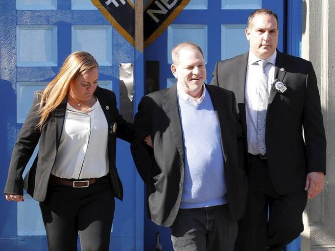 Bị tố hiếp dâm, ông trùm Hollywood Harvey Weinstein đầu thú - Ảnh 2.