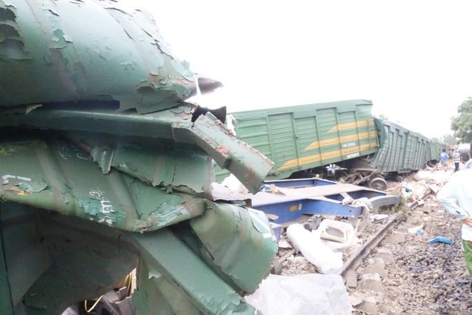 Hoảng hồn nhìn 2 tàu hỏa tông trực diện phát ra tiếng nổ như bom - Ảnh 4.