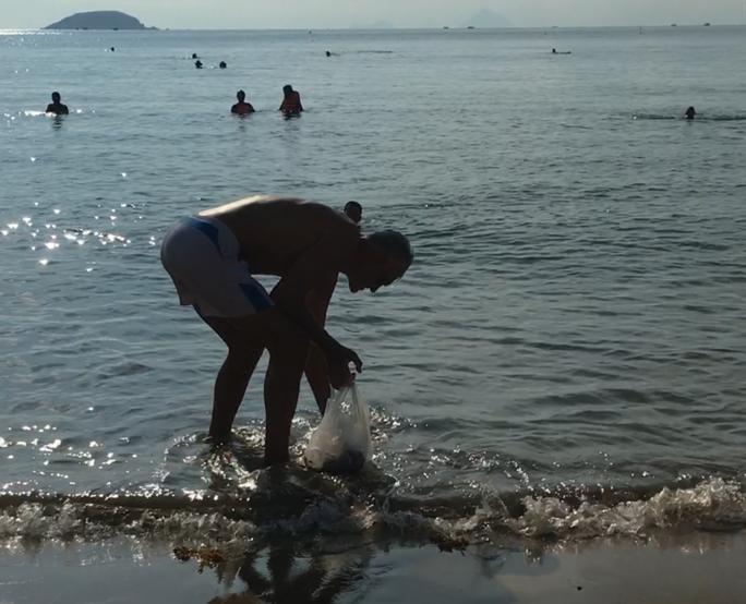 Du khách nước ngoài dọn rác biển Nha Trang vì không chịu nổi - Ảnh 7.