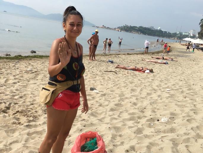 Du khách nước ngoài dọn rác biển Nha Trang vì không chịu nổi - Ảnh 6.