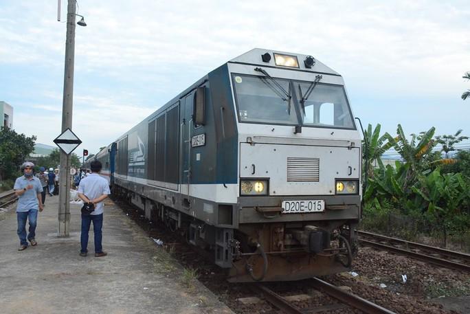 Đường sắt Bắc Nam thông tuyến sau hơn 24 giờ tê liệt - Ảnh 1.
