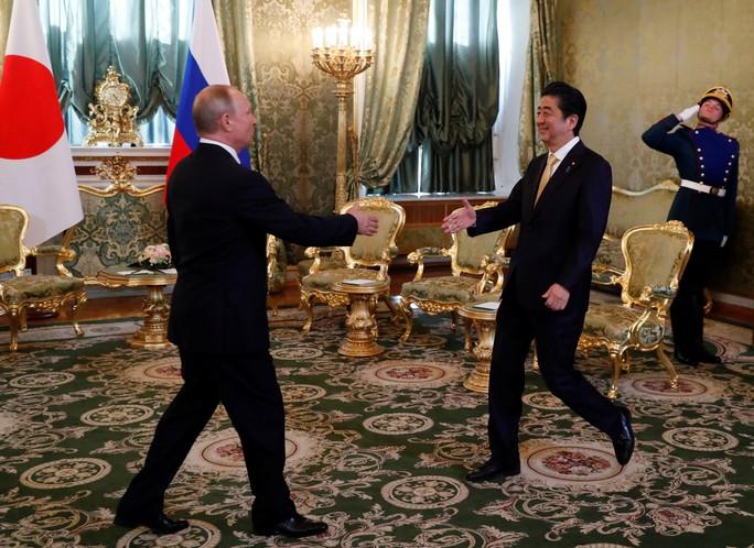 Tổng thống Putin cùng ông Abe gọi video ra ngoài vũ trụ từ Kremlin - Ảnh 2.
