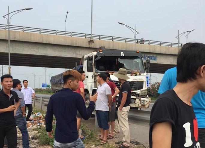 Tai nạn thảm khốc xe tải tông xe khách, 2 người chết, nhiều người bị thương - Ảnh 2.
