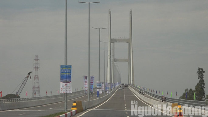 Cầu Cao Lãnh chính thức thông xe, nhiều người dân mừng rơi nước mắt - Ảnh 1.