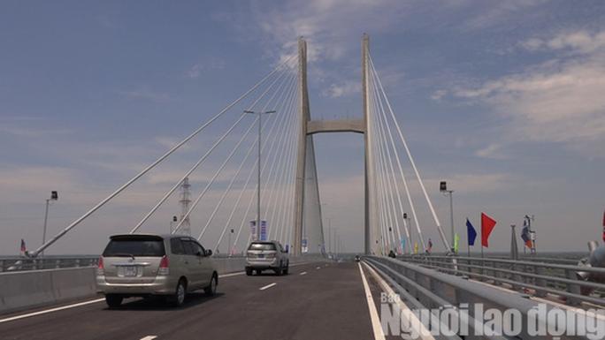 Cầu Cao Lãnh chính thức thông xe, nhiều người dân mừng rơi nước mắt - Ảnh 2.