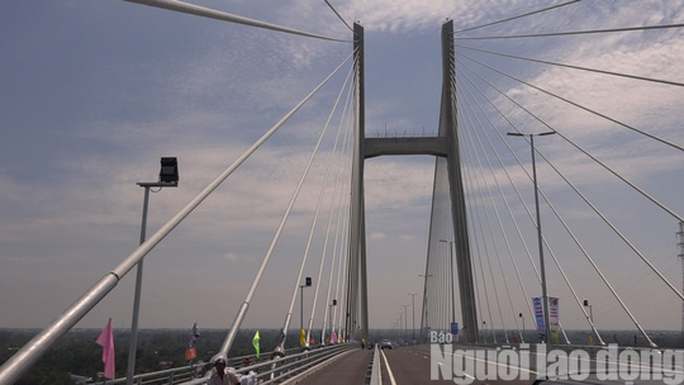 Cầu Cao Lãnh chính thức thông xe, nhiều người dân mừng rơi nước mắt - Ảnh 4.