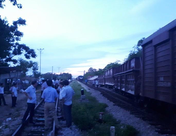 Lại xảy ra tai nạn đường sắt, tàu hỏa tông xe bồn - Ảnh 2.