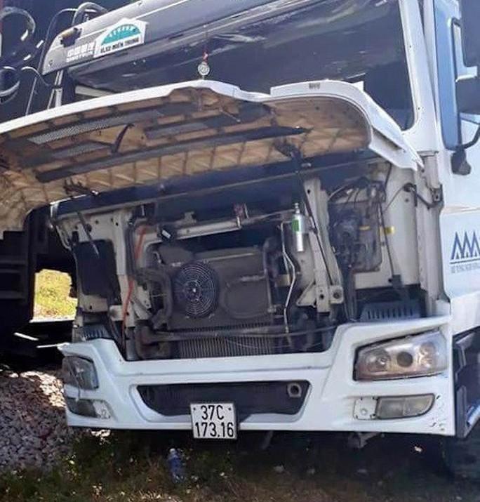 Lại xảy ra tai nạn đường sắt, tàu hỏa tông xe bồn - Ảnh 1.