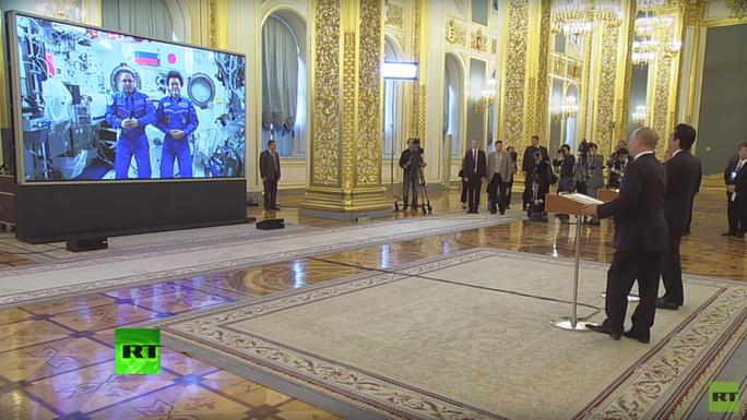 Tổng thống Putin cùng ông Abe gọi video ra ngoài vũ trụ từ Kremlin - Ảnh 1.