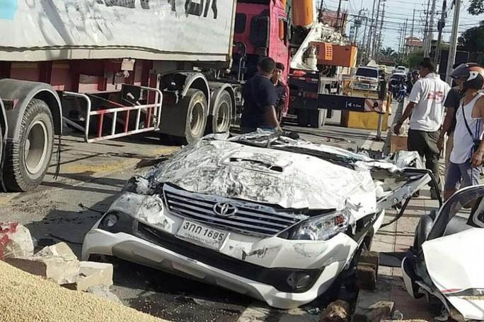 Bị xe tải 18 bánh đè trúng, tài xế xe hơi thoát chết kỳ diệu - Ảnh 1.