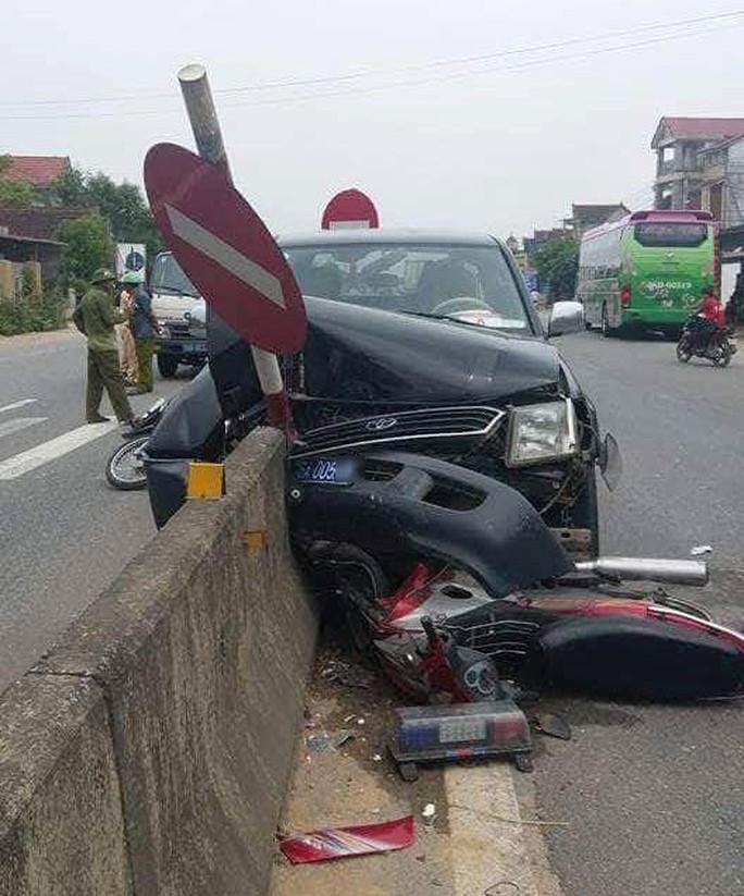 Tai nạn liên hoàn với xe ô tô biển xanh, 2 người nguy kịch - Ảnh 1.