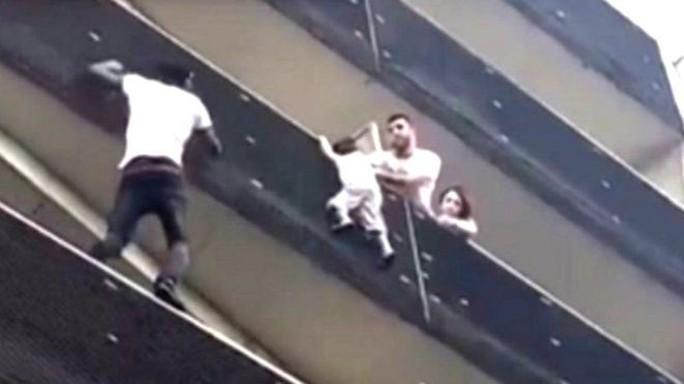 Người Nhện châu Phi tay không leo 4 tầng cứu bé trai trong 1 phút - Ảnh 1.