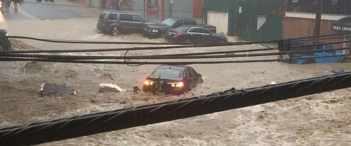 Mưa lớn, lũ bùn nhấn chìm thành phố Mỹ - Ảnh 1.