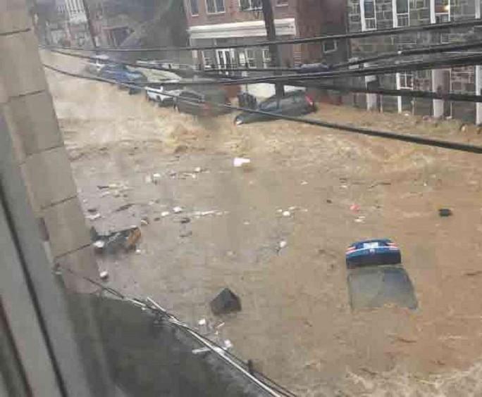 Mưa lớn, lũ bùn nhấn chìm thành phố Mỹ - Ảnh 2.