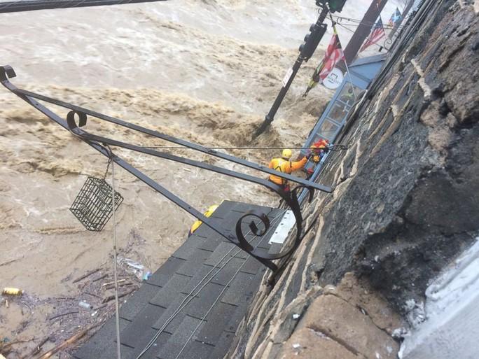 Mưa lớn, lũ bùn nhấn chìm thành phố Mỹ - Ảnh 3.