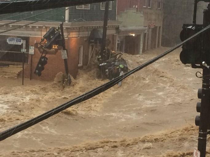 Mưa lớn, lũ bùn nhấn chìm thành phố Mỹ - Ảnh 4.