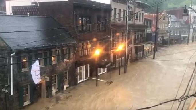 Mưa lớn, lũ bùn nhấn chìm thành phố Mỹ - Ảnh 5.