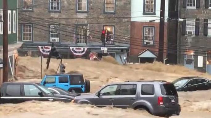 Mưa lớn, lũ bùn nhấn chìm thành phố Mỹ - Ảnh 7.
