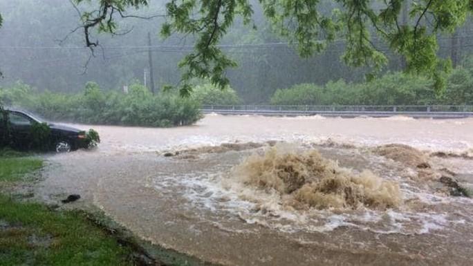Mưa lớn, lũ bùn nhấn chìm thành phố Mỹ - Ảnh 8.