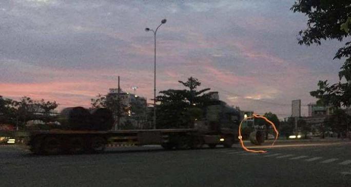 Truy tìm xe đầu kéo nhả 4 cuộn thép lăn lóc giữa đường phố Đà Nẵng - Ảnh 1.
