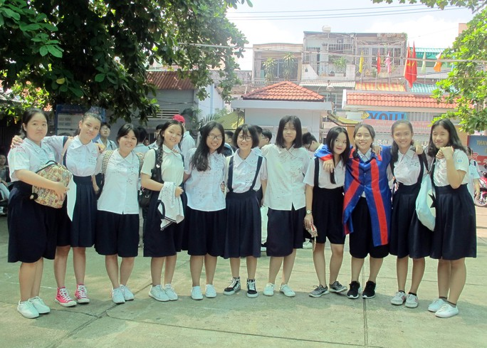 Học sinh lớp 9 lưu luyến chia tay bạn bè, bước vào mùa thi - Ảnh 15.