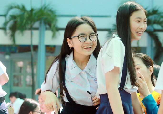 Học sinh lớp 9 lưu luyến chia tay bạn bè, bước vào mùa thi - Ảnh 11.
