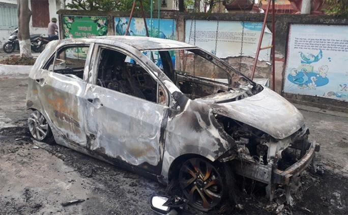 Xe ô tô của sư trụ trì bất ngờ bốc cháy trơ khung vào rạng sáng - Ảnh 1.