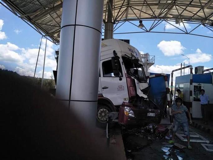Sau khi tông xe khách, xe đầu kéo ủi thẳng trạm BOT - Ảnh 4.