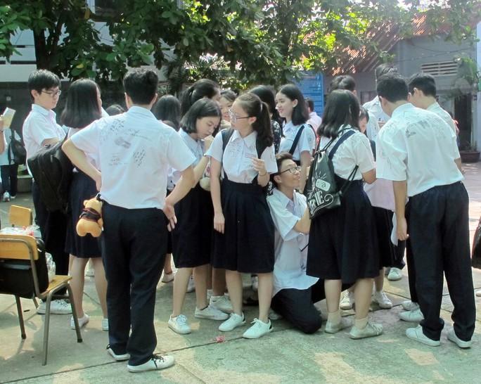 Học sinh lớp 9 lưu luyến chia tay bạn bè, bước vào mùa thi - Ảnh 9.